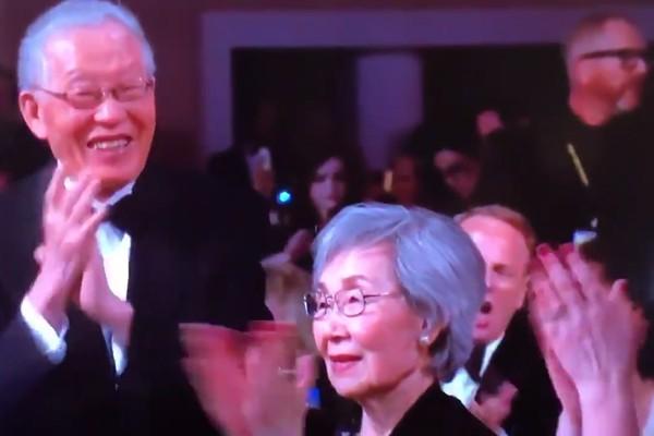 Os pais da atriz Sandra Oh aplaudindo a vitória da filha no Globo de Ouro 2019 (Foto: Instagram)