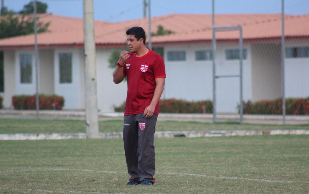 Bruno Almeida disse que jogador pode ficar até 8 meses afastado dos gramados — Foto: Denison Roma / GloboEsporte.com