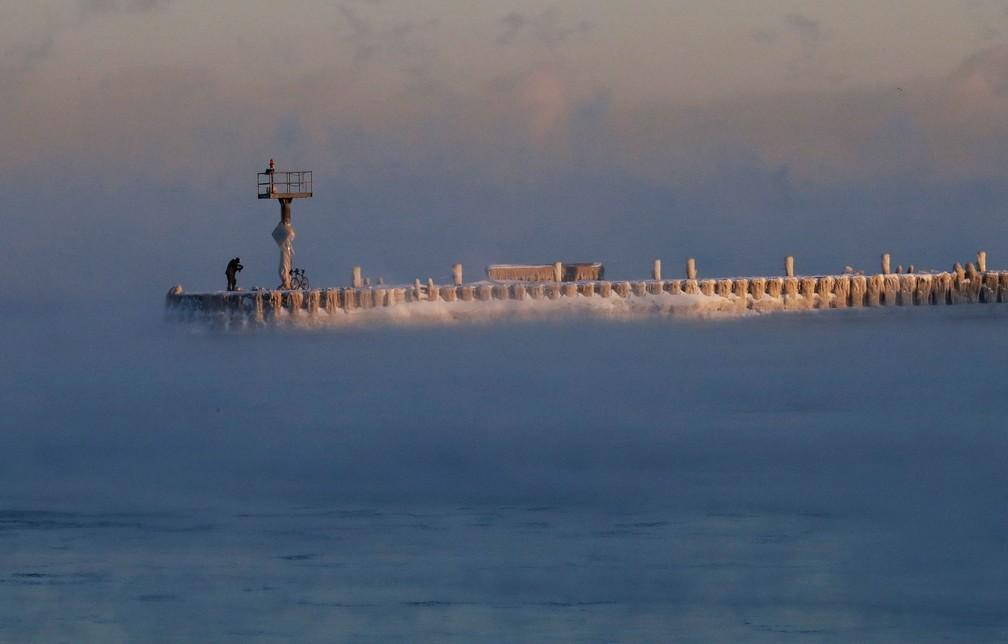 Neve e gelo cobrem porto no Lago Michigan, em Chicago, na quarta-feira (30)  — Foto: Nam Y. Huh/AP