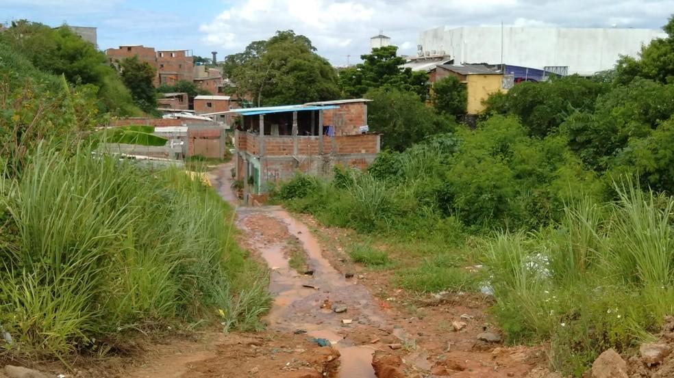 Água invadiu algumas casas da localidade, em Itapuã, após vazamento de rede distribuidora em Salvador  — Foto: Tiago Ferreira/TV Bahia