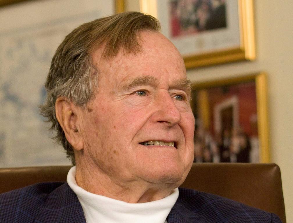O ex-presidente George H.W. Bush sorri ao ouvir o candidato presidencial republicano Mitt Romneyno Texas, EUA, em 29 de março de 2012 — Foto: Donna Carson / Arquivo / Reuters