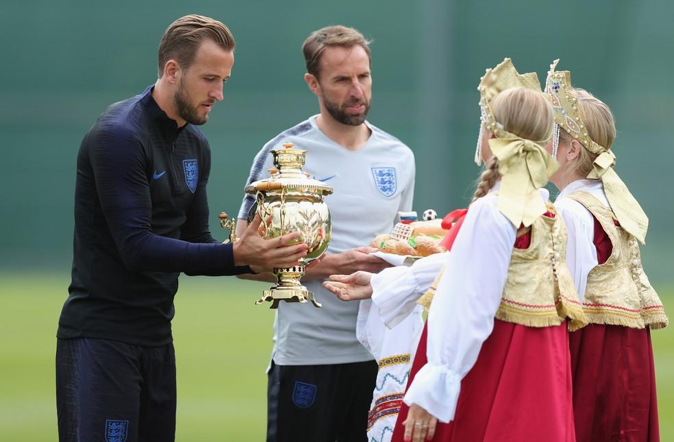 Harry Kane e Gareth Southgate são presenteados em treino da Inglaterra na Rússia (Foto: Alex Morton / Stringer / Getty Images)