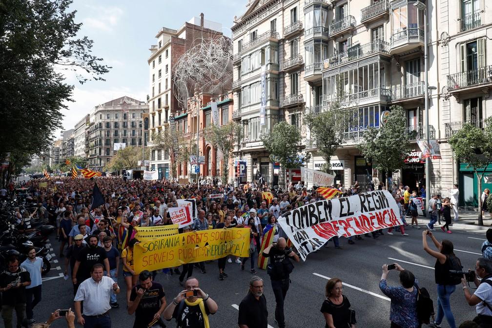 Manifestantes pró-independência da Catalunha fizeram protesto em Barcelona, nesta segunda-feira (1º)  — Foto: Albert Gea/ Reuters
