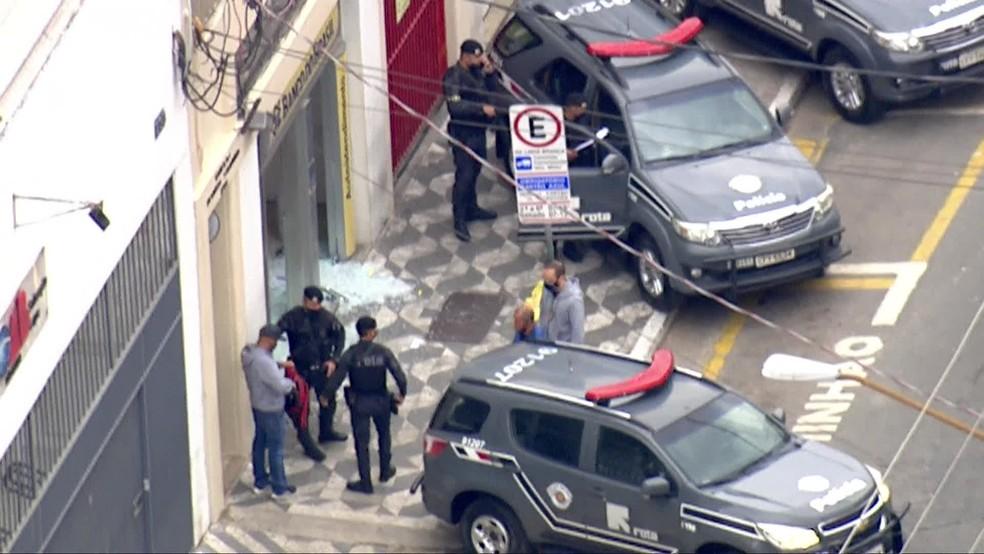 Assalto a agência do Banco do Brasil, na Lapa  — Foto: Reprodução/TV Globo
