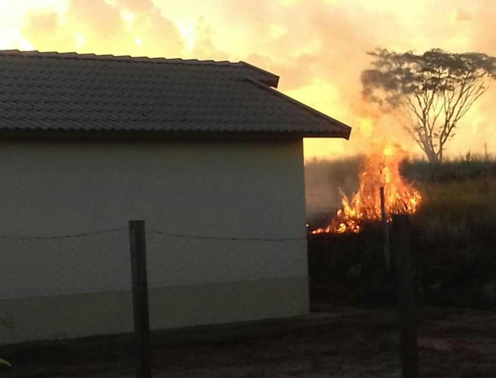 Fogo se espalhou rapidamente e assustou moradores do bairro Catanduva 2 (Foto: Arquivo Pessoal )