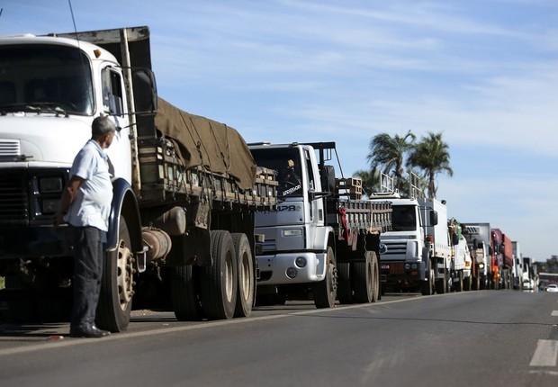 Greve de caminhoneiros em várias cidades do Brasil contra aumento do diesel (Foto: Marcelo Camargo/Agência Brasil )