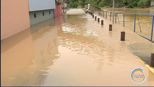 Duas famílias deixam casas após rio invadir rua em São Luiz do Paraitinga