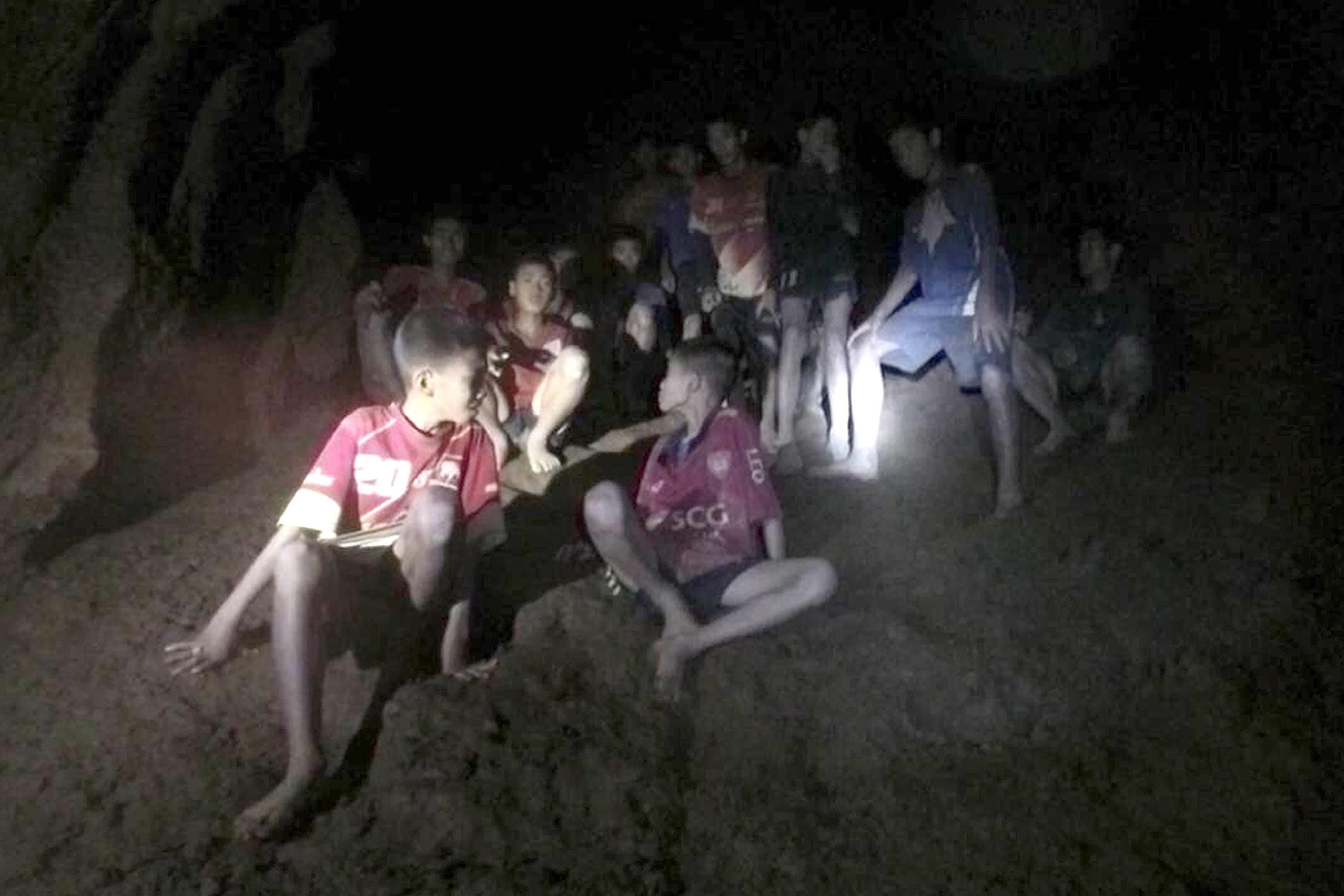 As crianças presas entro da caverna na Tailândia. (Foto: Thai Navy SEALs)