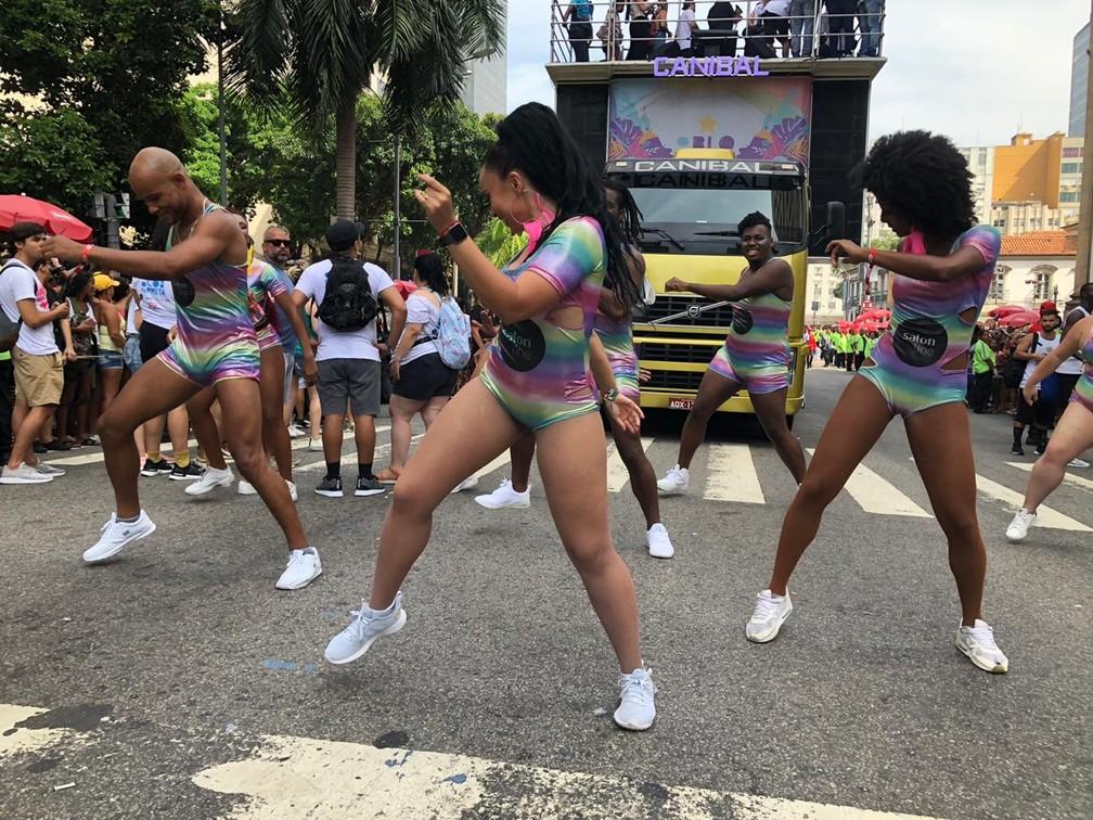 Bailarinos do Bloco da Preta anima desfile no bloco neste domingo (16) — Foto: Carlos Brito / G1