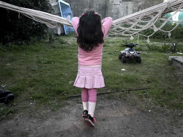 Lulu se apoia em uma rede em sua casa em Buenos Aires  (Foto: Reuters)