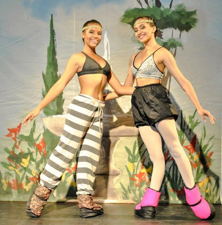 Jovens bailarinas de Cabo Frio se apresentam no Teatro Municipal de São Pedro da Aldeia, no RJ