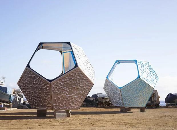O artista preferiu que os pavilhões fossem deixados no mar, do que colocá-los em galerias (Foto: Parley For The Oceans e MOCA/ Reprodução)