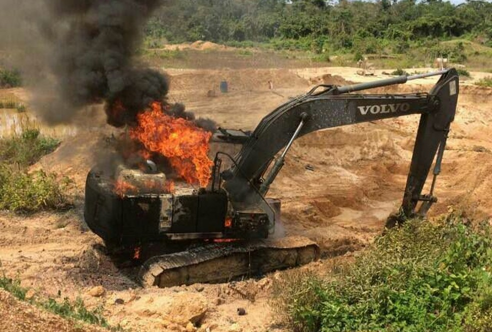 """Máquina queimada por agentes da operação """"Pajé Brabo"""" em garimpo ilegal instalado em terras indígenas no Pará — Foto: Polícia Federal de Santarém/Divulgação"""