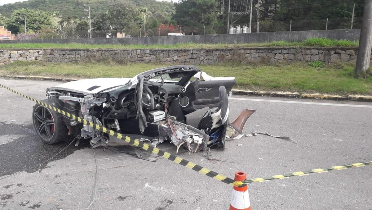 Acidente mata empresário em SC; carro de luxo fica partido ao meio ...