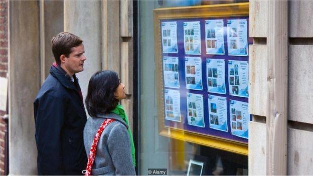 Mesmo se você espera uma herança, é possível que não a consiga a tempo para pagar por marcos da vida como a compra de imóveis (Foto: DBIMAGES / ALAMY STOCK PHOTO via BBC News Brasil)