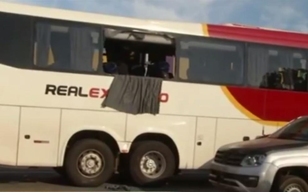 Ônibus assaltado por dupla em Luziânia (Foto: Reprodução/TV Anhanguera)