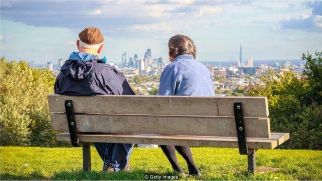 Moradores das cidades vivem mais do que os da zona rural e são idosos mais felizes (Foto: Getty Images via BBC)