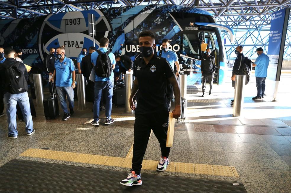 Matheus Henrique no embarque do Grêmio para Quito — Foto: Divulgação / Grêmio FBPA