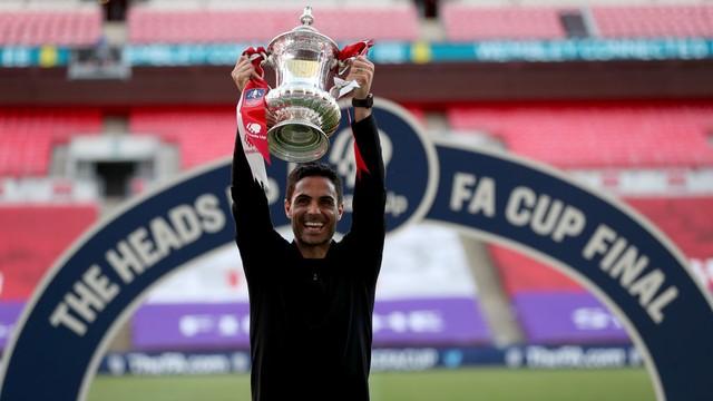 Arteta comemora o primeiro título no comando do Arsenal