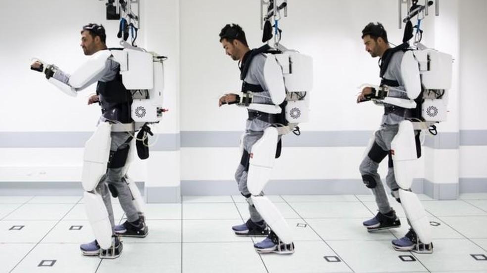 O corpo de Thibault fica preso ao exoesqueletedo — Foto: Fonds de Dotatio Clinatec