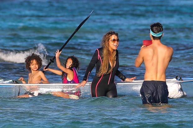Mariah Carey com os filhos e o namorado, Bryan Tanaka (Foto: BackGrid)
