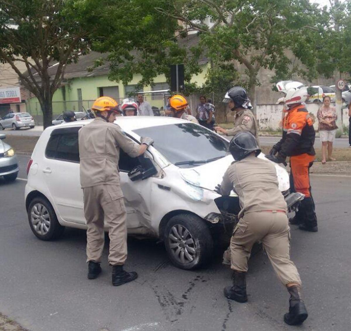 Idoso fica ferido em colisão na Avenida 28 de Março, em Campos, no RJ