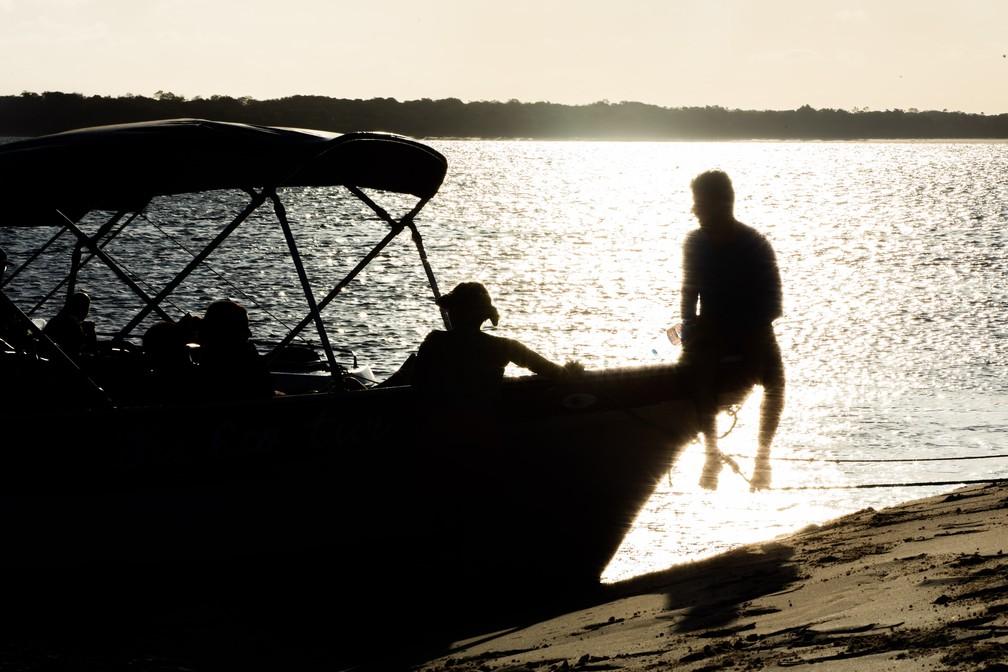 Turistas curtem entardecer em barco no Rio Parnaíba — Foto: Celso Tavares/G1