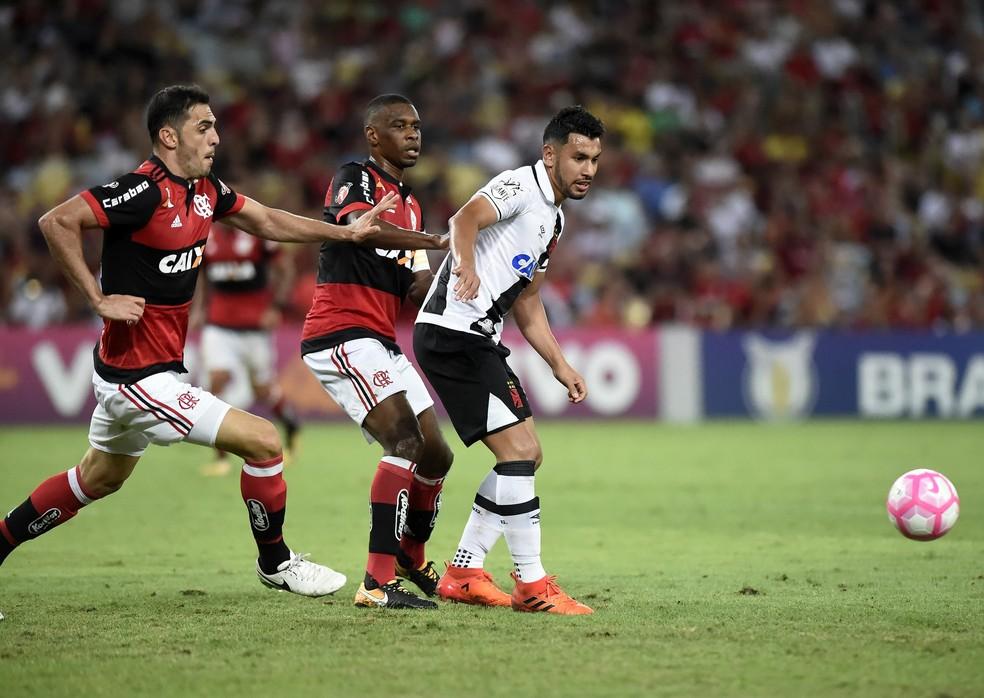 Rhodolfo e Andrés Ríos em Flamengo x Vasco em 2017 (Foto: André Durão)