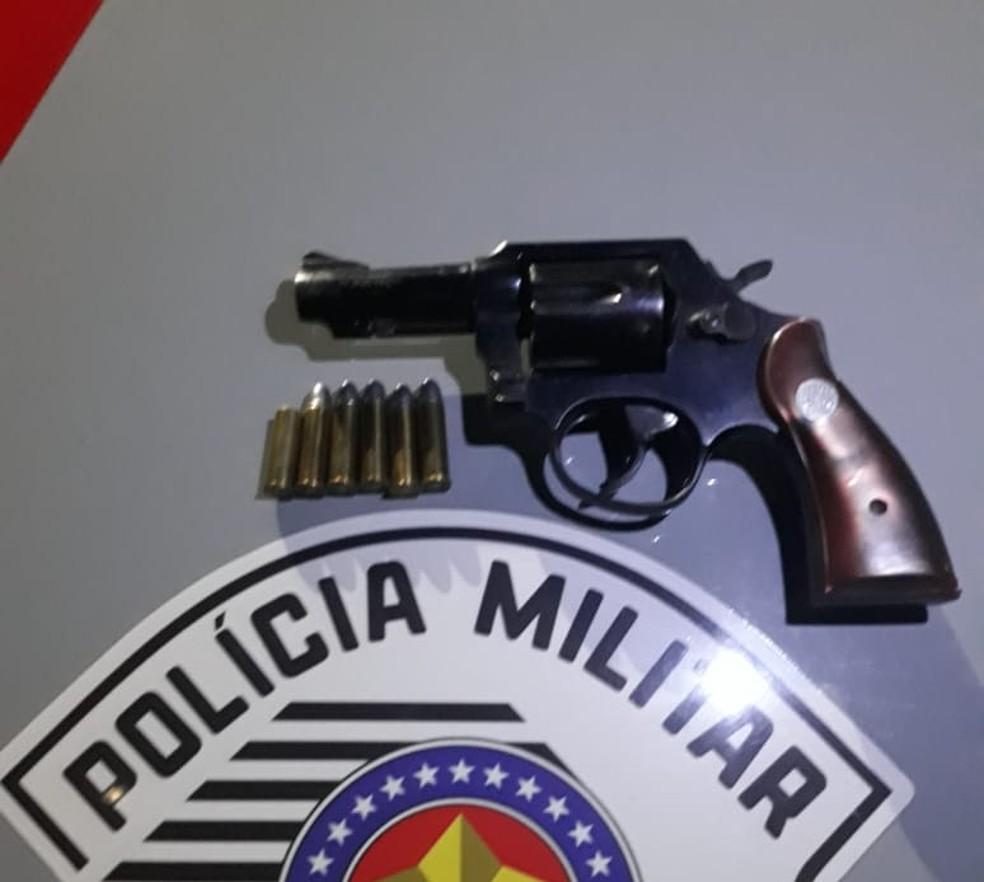 Revólver apreendido com o comerciante dono do bar assaltado (Foto: Redação do Rede Policial/Arquivo)