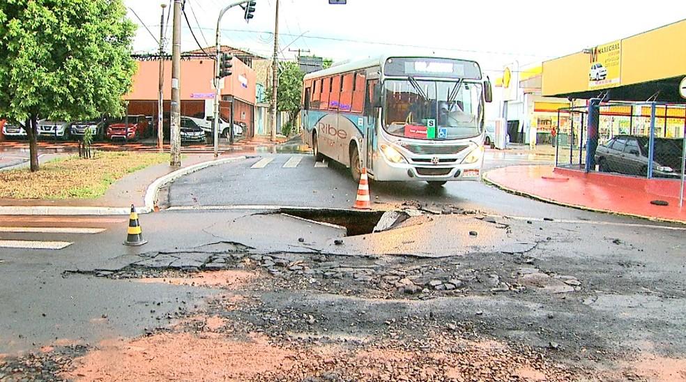 Trecho da Avenida Costa e Silva, em Ribeirão Preto, foi interditado após enxurrada abrir cratera no asfalto (Foto: Paulo Souza/EPTV)