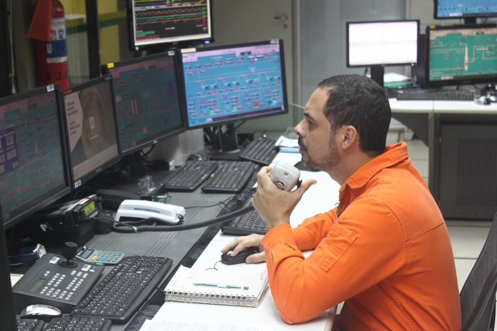 Sala de controle da Unidade de Exploração e Produção da Petrobras e da Refinaria Clara Camarão, em Guamaré, RN (Foto: Igor Jácome/G1)