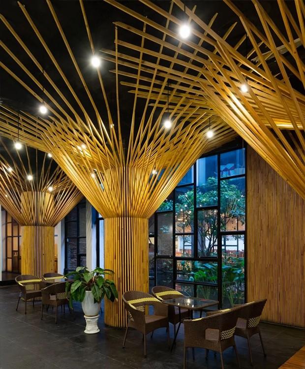 Na sala do café da manhã, os postes de madeira dão estrutura e favorecem a penetração da luz solar (Foto: Quang Dam/ Designboom/ Reprodução)