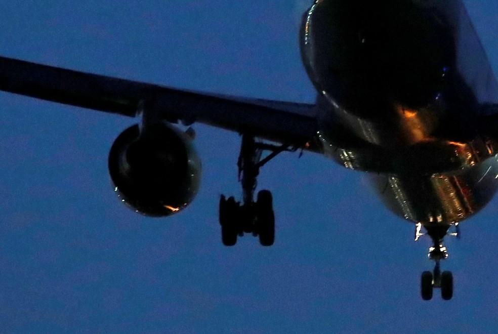 Imagem da agência Reuters mostra pneu danificado de Boeing 767 da Air Canada que precisou fazer pouso de emergência em Madri nesta segunda-feira (3) — Foto: Juan Medina/Reuters