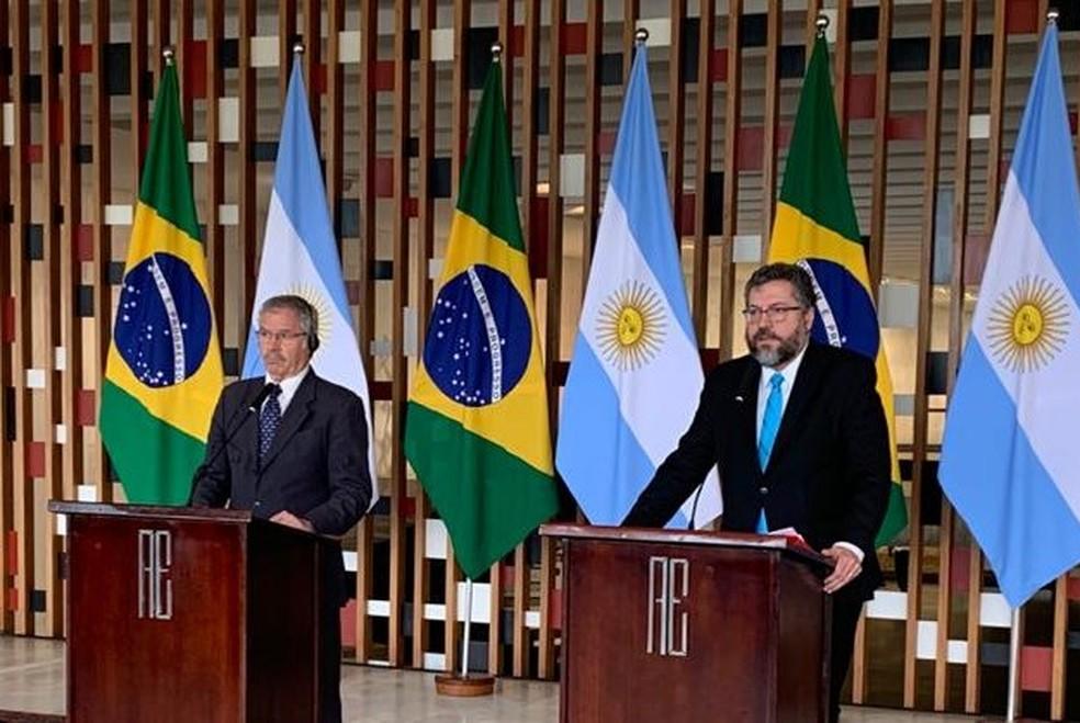 O chanceler argentino, Felipe Solá, e o ministro das Relações Exteriores do Brasil, Ernesto Araújo — Foto: Luiz Felipe Barbiéri / G1