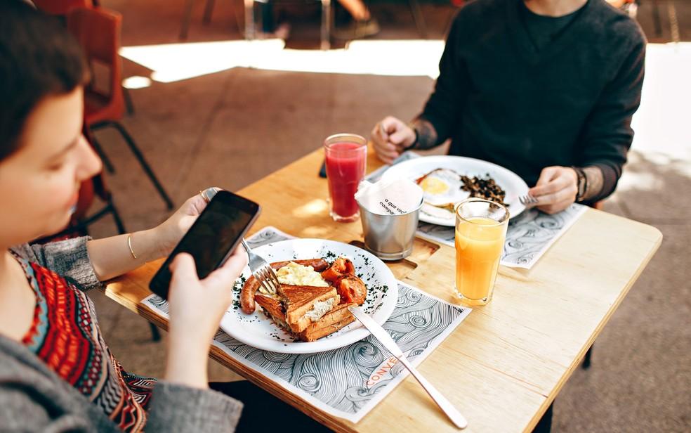 Pesquisa mostrou que as crianças querem que os pais gastem menos tempo no celular e mais tempo conversando com elas — Foto: Helena Lopes/Creative Commons