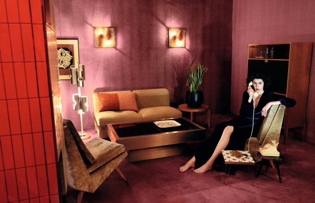 Brianda Fitz James posa en un salon hablando por telefono  (Foto: Alfonso Ohnur)