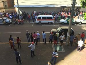 Manifestação da Central Única dos Trabalhadores (CUT) na manhã desta quinta-feira (20). (Foto: Claudia Gaigher/TV Morena)