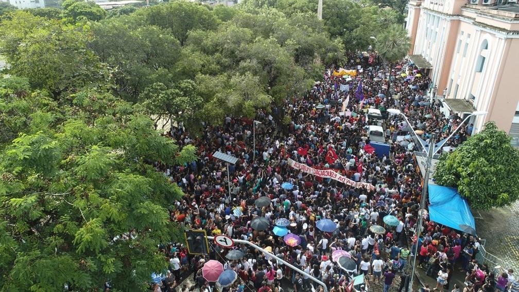 Protestos contra corte na educação reuniram cerca de 40 mil pessoas em Fortaleza (CE) — Foto: Nilton Alves/G1
