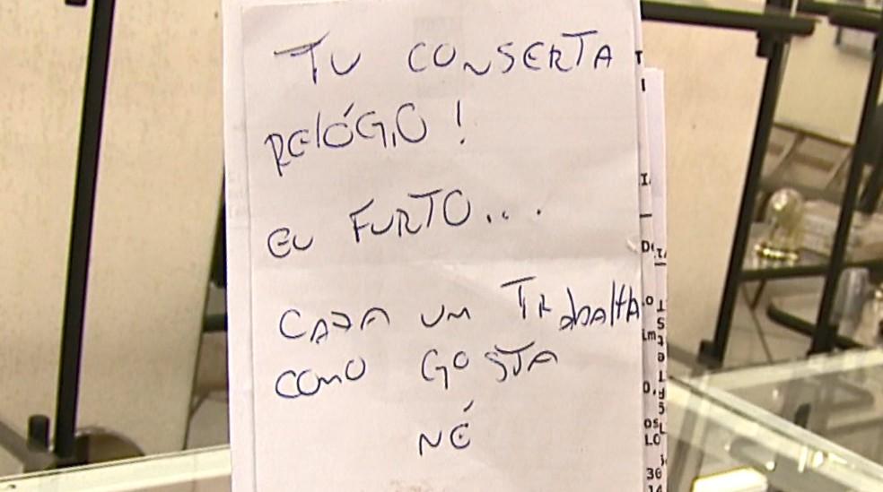 Criminoso deixou bilhete em relojoaria (Foto: Felipe Lazzarotto/EPTV)
