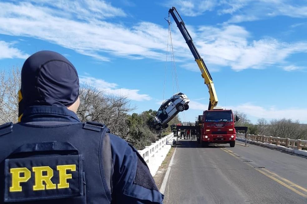 Pista ficou totalmente bloqueada para a remoção do veículo — Foto: Divulgação/PRF