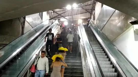 Chuva cai dentro da Estação Siqueira Campos do metrô