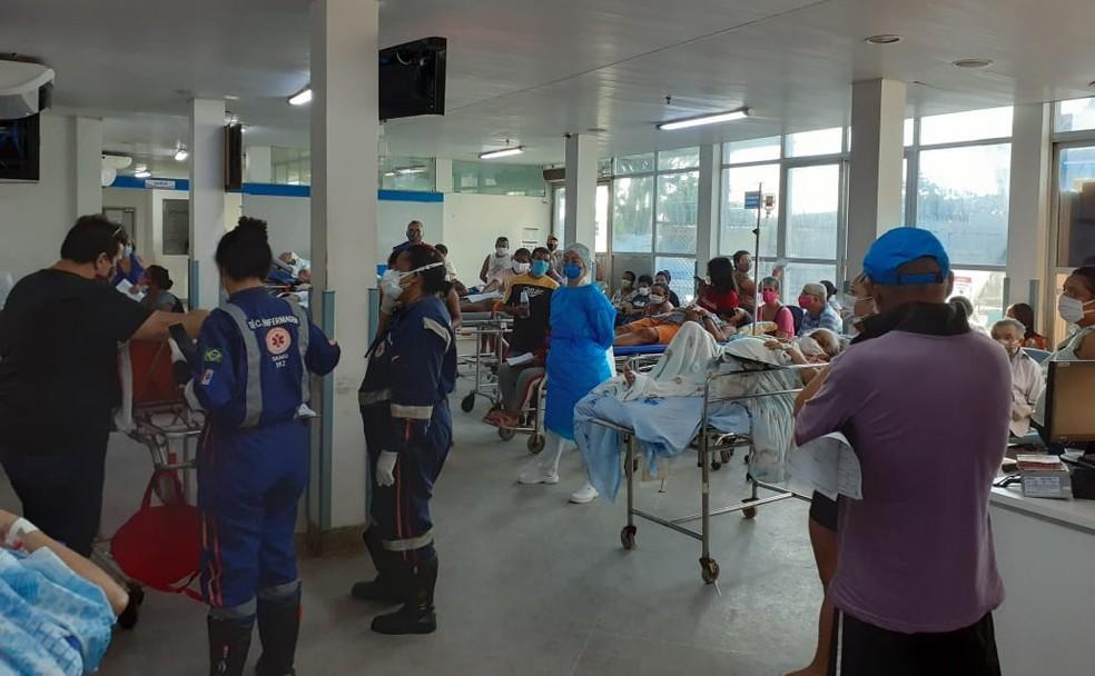 No início da semana, a mesma recepção do HGE apresentada uma situação ainda mais grave, com diversos pacientes em macas e cadeiras de rodas — Foto: Arquivo pessoal