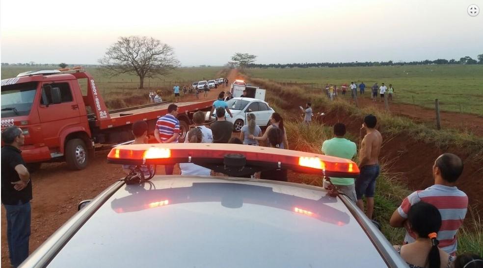 Carro foi retirado de vala por um guincho (Foto: Alex Roberto/ Rádio Pioneira)