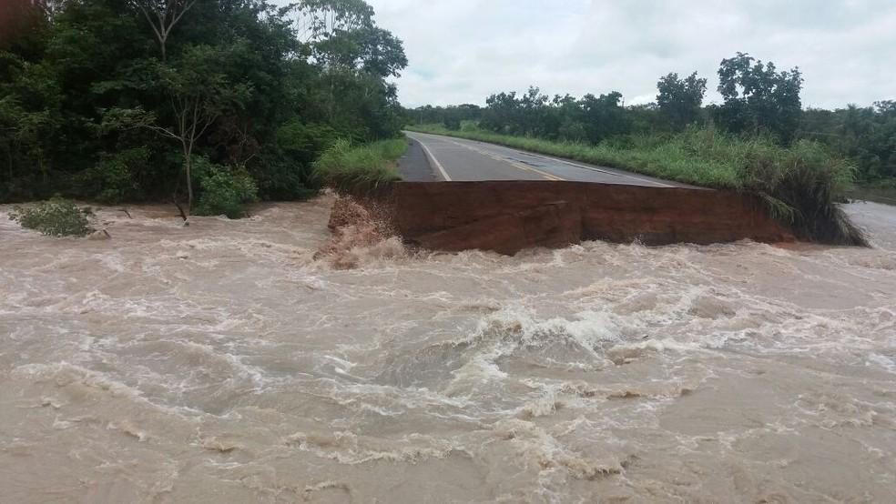 Canal foi aberto em rodovia e córrego transbordou (Foto: Divulgação)