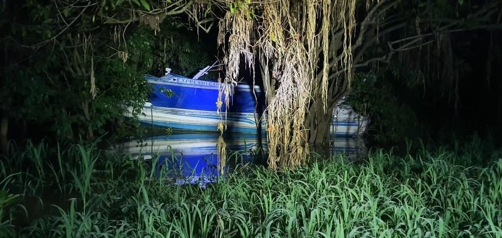 Após ser roubada, suspeitos esconderam lancha em lago em Coari. — Foto: Divulgação/Polícia Militar