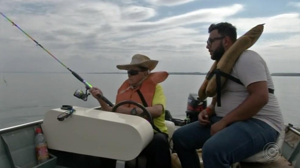Morador de Avaré com 100 anos de idade passa o tempo pescando com amigo  — Foto: Reprodução/TV TEM