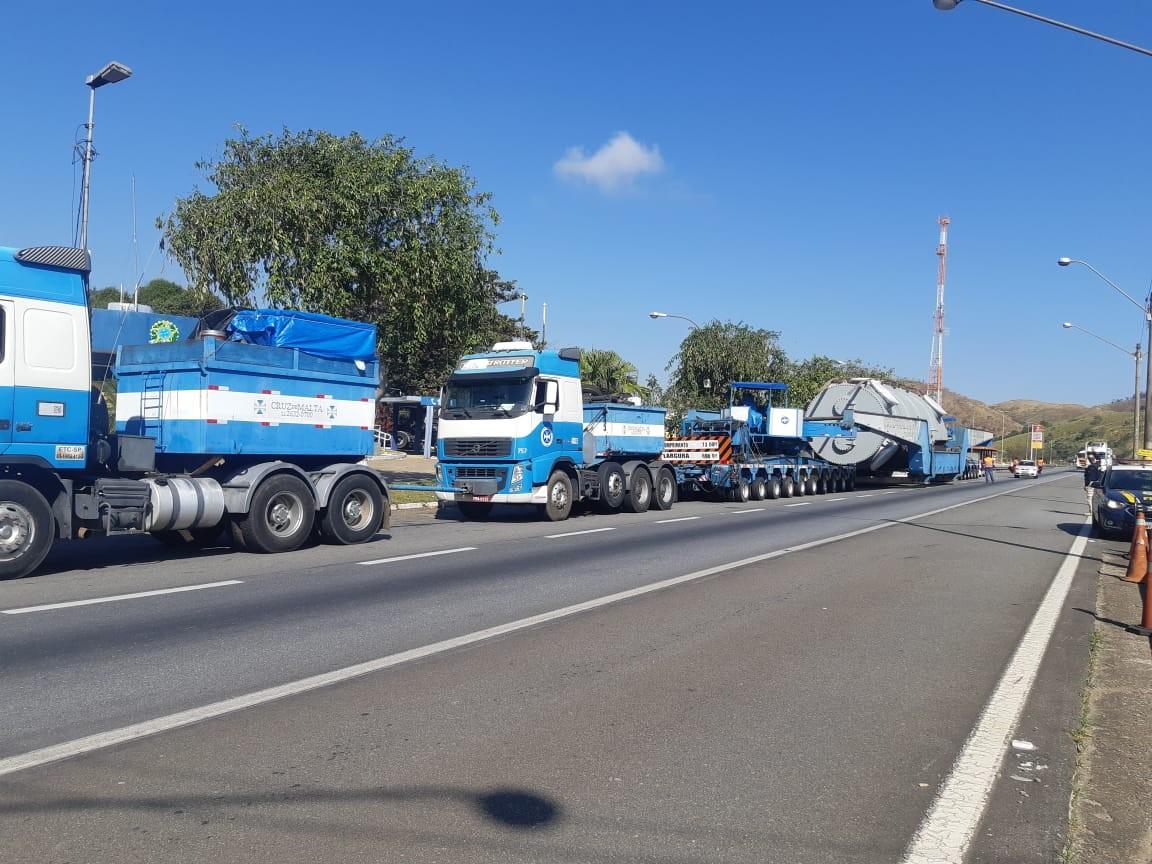 Veículo com carga superdimensionada passa pela Via Dutra, no Sul do Rio