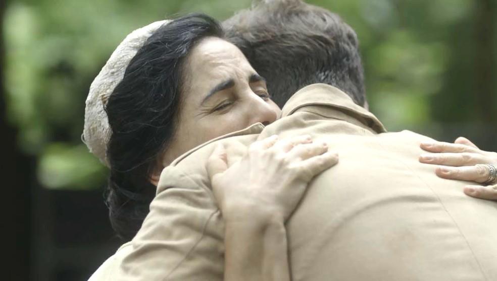 Lola (Gloria Pires) e Alfredo (Nicolas Prattes) se abraçam em 'Éramos Seis' — Foto: Globo