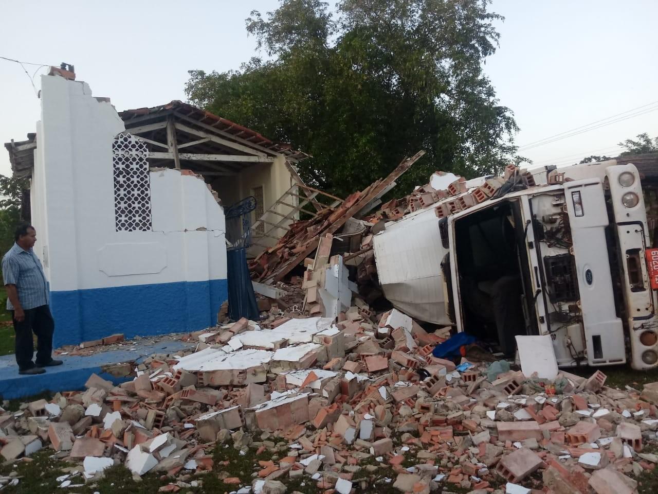 Igreja desaba após carreta colidir contra imóvel no nordeste do Pará - Notícias - Plantão Diário