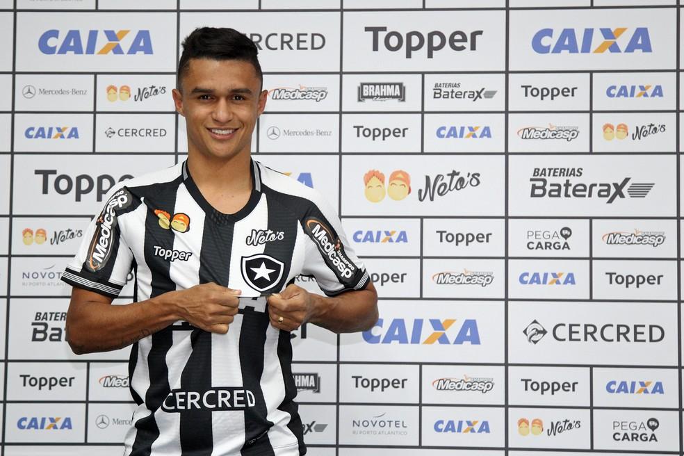 Erik foi apresentado como novo jogador do Botafogo no dia 24 de agosto — Foto: Vítor Silva/SSPress/Botafogo